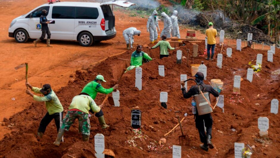 Anti-maskers in Indonesia were required to dig graves for COVID-19 victims